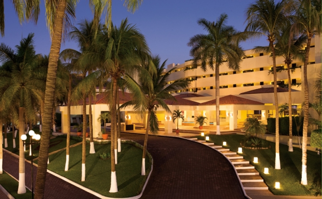 The opulent main entrance of Dreams Huatulco Resort & Spa welcomes guests to Unlimited-Luxury®.
