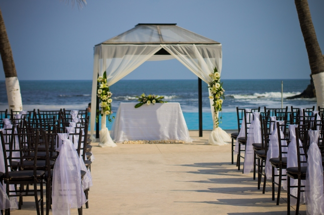 Exchange vows with a beautiful Sapphire Ocean in the background and the cool ocean breeze on your face.
