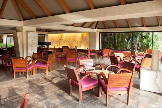 The lobby bar at Dreams Cancun Resort & Spa is the perfect place to grab a quick refreshment upon arrival.