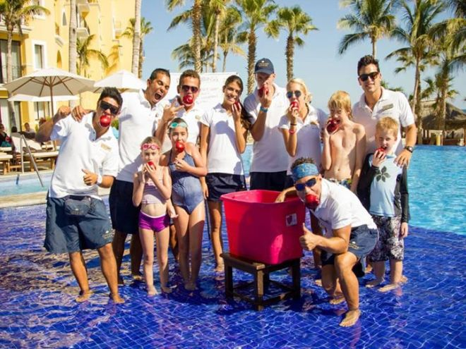At Dreams Los Cabos Suites Golf Resort & Spa, guests had a fun time bobbing for apples under the sun!