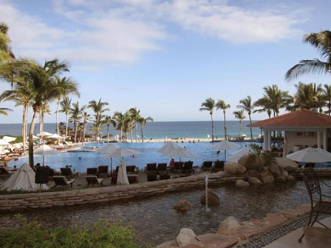 Dreams Los Cabos Suites Golf Resort & Spa offers magnificent ocean views while you dine.