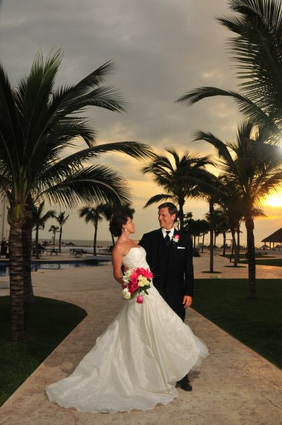 Another happy couple swoons in the sunset at Dreams Villamagna Resort & Spa.