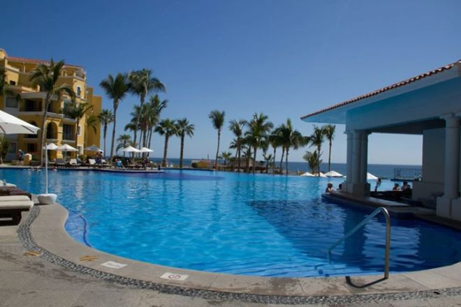 The swim up bar at Dreams Los Cabos Suites Golf Resort & Spa.